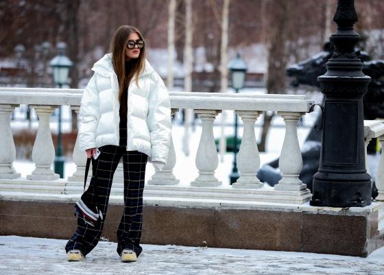 Schneekönigin kann so cool sein. Diese Mädchen hat's drauf, eine lässige Pose bei Minus 10 Grad.
